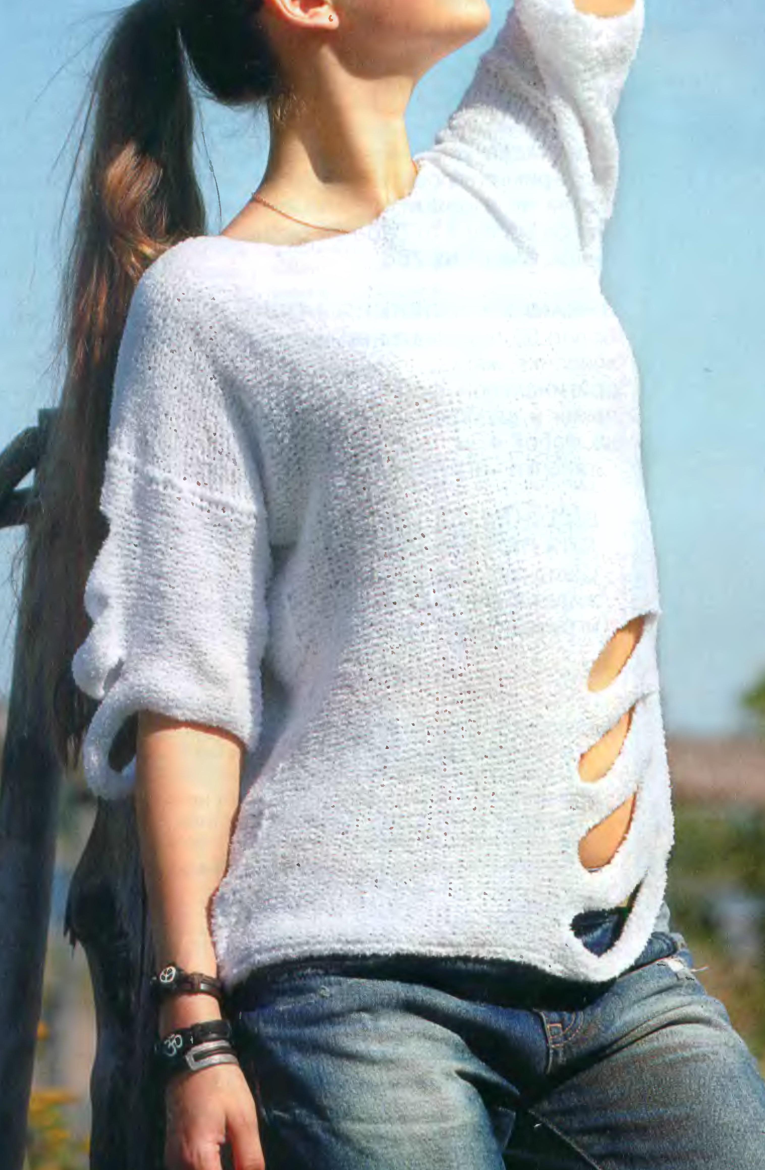 Белый пуловер с прорезями вязаный спицами