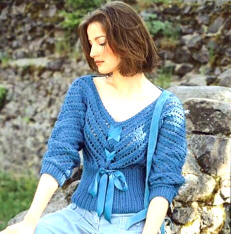 siniy-pulover-dzhuleta-spitsami