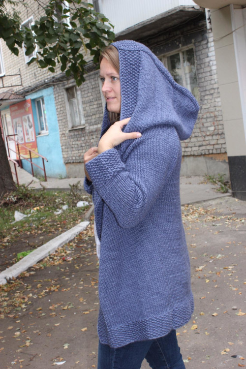 Жакет с капюшоном из толстой пряжи спицами